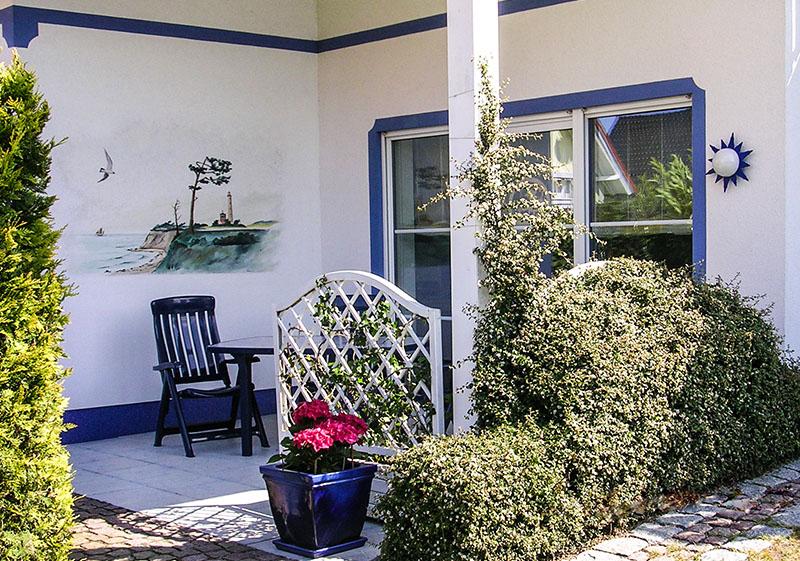 Die komfortabel, liebevoll eingerichtete Ferienwohnung (NICHTRAUCHER) besitzt eine sonnige, großzügige Terrasse, die über das Wohnzimmer begehbar ist.