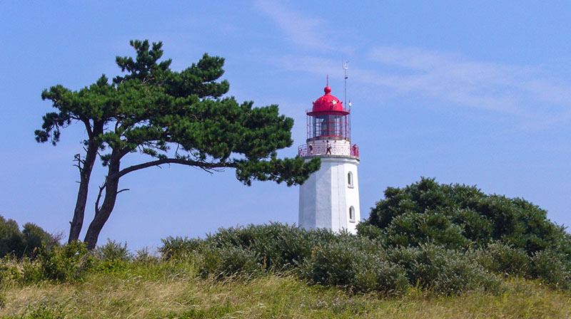 Im Süden schaut man über den Wieker Bodden. Im Westen hat man Aussicht bis zur Insel Hiddensee und dem Leuchtturm auf dem Dornbusch. Bis zur Steilküste im Norden sind es ca. 800 Meter. Östlich kann man den Leuchtturm von Kap Arkona sehen.